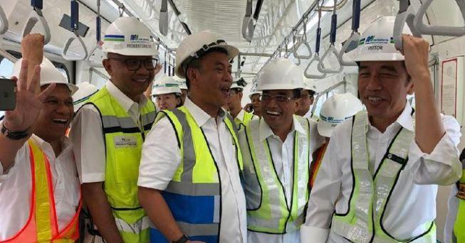 Presiden Jokowi saatnaik MRT Jakarta.