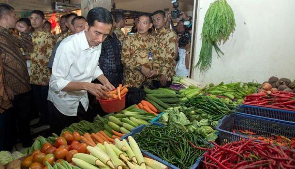 Presiden Jokowi saat beli sayur di pasar.