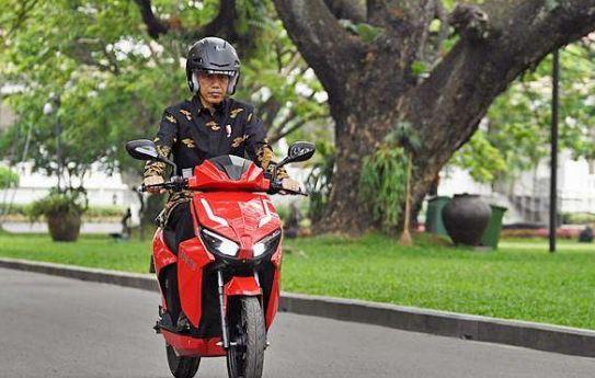Presiden Jokowi Jajal Sepeda Motor Listrik Gesits.