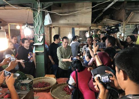 Presiden Jokowi saat belanja di pasar Cihaurgeulis, Bandung.