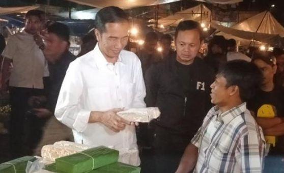Presiden Jokowi saat blusukan kepasar tradisional Bogor dan beli Tempe.