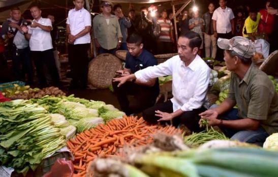 Presiden jokowi saat berbincang denga pedagang sayur di pasar.