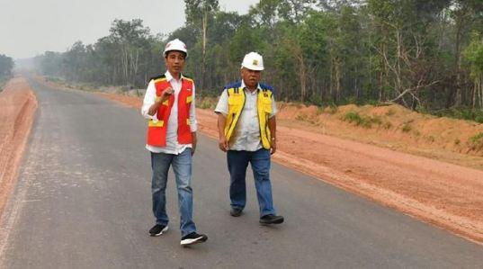 Presiden Jokowi dan Menteri PUPR jajal Trans Papua ruas Merauke-Boven Digoel. Foto: Biro Pers Setpres