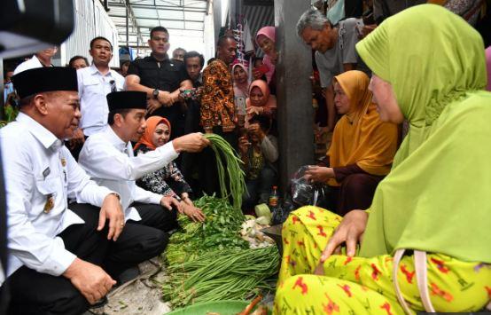 Presiden Jokowi saat kunjungu pasar Sidoharjo.