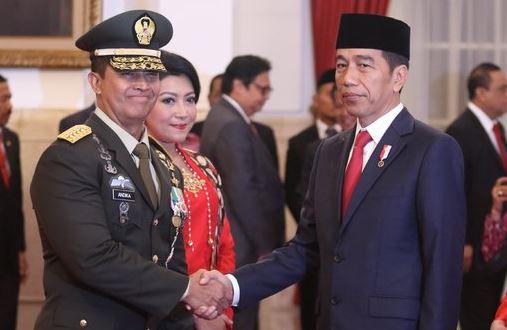 Presiden Jokowi jabat tangan Letjen Andika Prakasa usai dilantik jadi KSAD.