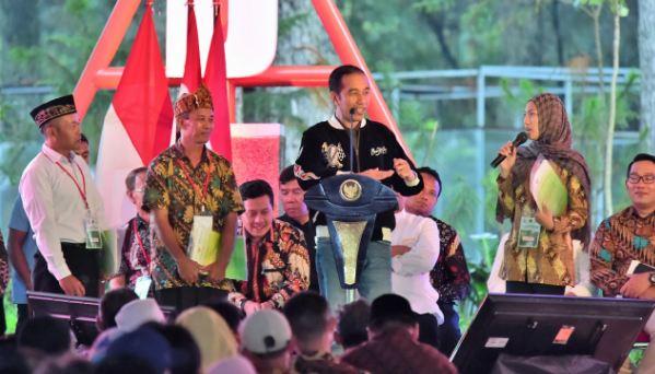 Presiden Jokowi saat serahkan SK Perhutanan Sosial di Jawa Barat.