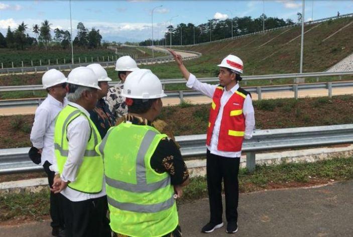 Presiden Joko Widodo, ketika meninjau tol Trans Sumatera ruas Bakauheuni-Terbanggi Besar, Provinsi Lampung. Jumat (23/11/2018)