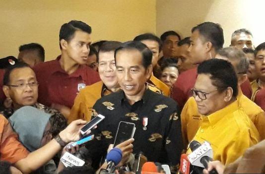 Presiden Jokowi dan OSO saat diwawancarai wartawan.