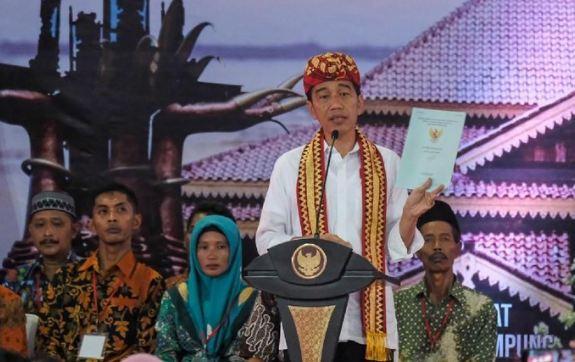 Presiden Jokowi berikan sertifikat tanah di Lampung Tengah, Jumat (23/11/2018).