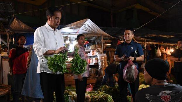 Presiden Jokowi saatbeli sayuran di pasar.