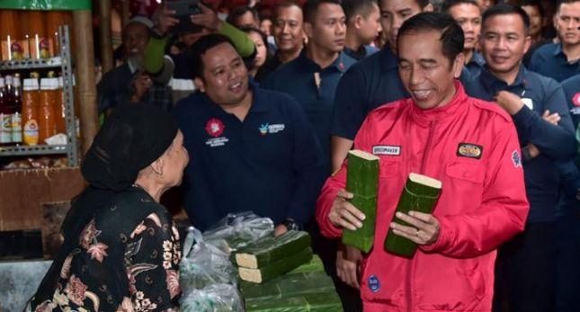 Presiden Jokowi berbincang dengan pedagang tempe saat melakukan blusukan ke Pasar Anyar, Kota Tangerang.