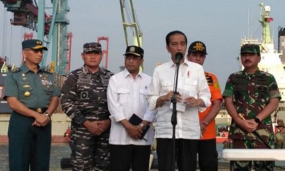 Presiden Jokowi memberikan keterangan pers di Posko Evakuasi Lion Air, JICT 2, Tanjung Priok, Jakarta, Jumat (2/11/2018).