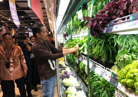 Jokowi saat cek harga syur mayur di Transmart Palembang.