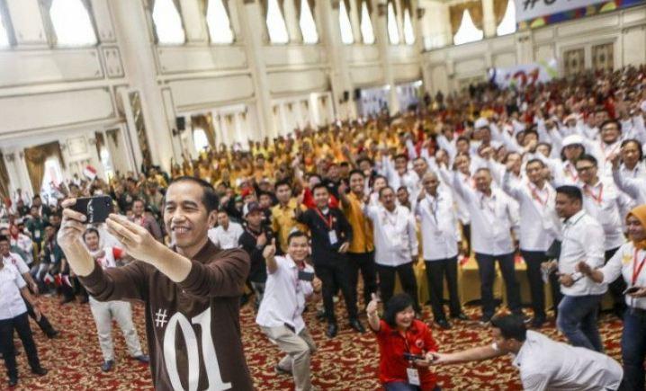 Jokowi saat swafoto bersama TKD dan Relawan di Palembang, Minggu (25/11/2018).