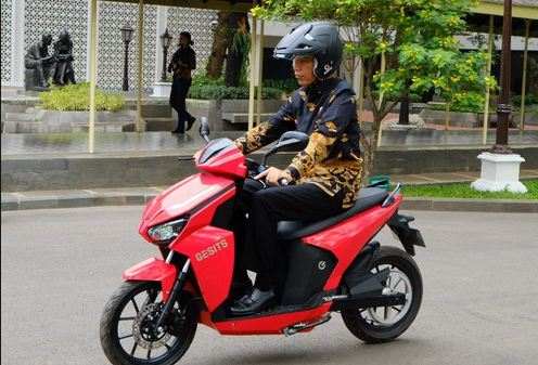 Presiden Jokowi saat naik motor Gesits.