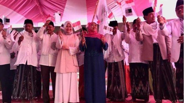 Warga Bangkalan deklarasi bersatu bersama Khofifah Indar Parawansa dan Jaringan Kiai Santri Nasional untuk memenangkan Jokowi-Kiai Ma'ruf Amin, Selasa (20/11/2018).