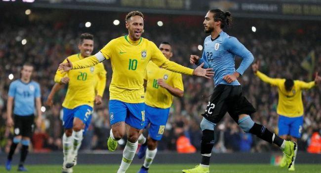 Neymar lakukan selebrasi usai cetak gol.