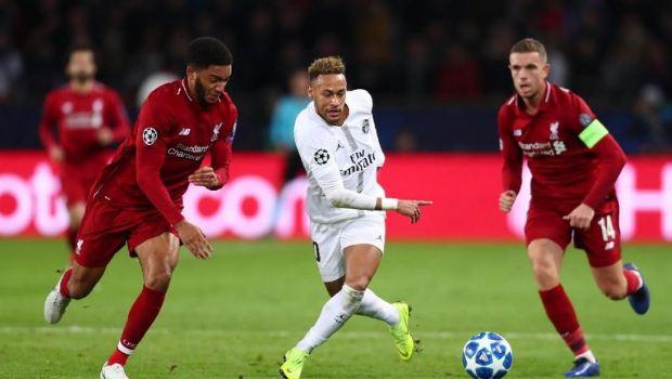 Neymar saat di hadang pemain Liverpool.