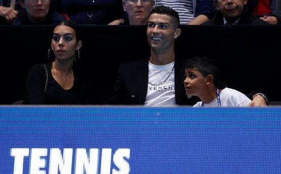 Cristiano Ronaldo menyempatkan menonton tenis ATP Tours bersama kekasih dan putranya. (REUTERS)