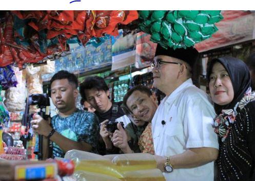 Ruhut Sitompul saat blusukan di pasar Ciwidey, Kabupaten Bandung.