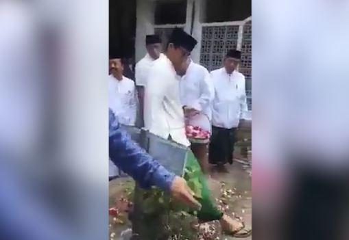 Aksi Sandiaga Uno  melangkahi makam pendiri Nahdlatul Ulama Bisri Syansuri.