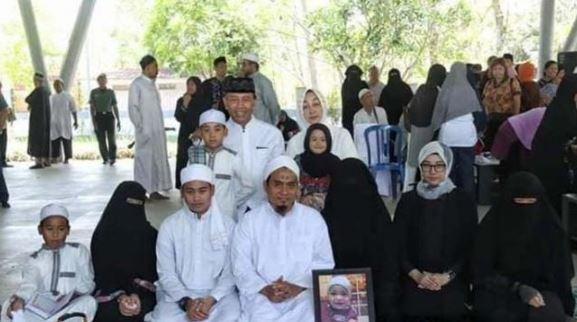 Menteri Koordinator Bidang Politik, Hukum dan Keamanan Wiranto saat pemakaman cucunya, Ahmad Daniyal Al Fatih (alm). (Facebook)