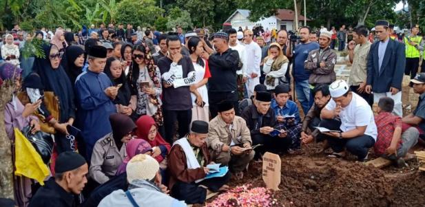 Suasana pemakaman Aa Jimmy di Cianjur (Foto: Dok. Bhabinkamtibmas Polsek Cianjur Kota)