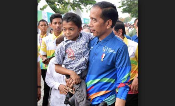 Presiden Jokowi saat gendong Abdul Kholik.