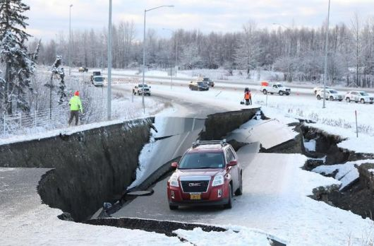 Dampak gempa Alaska.
