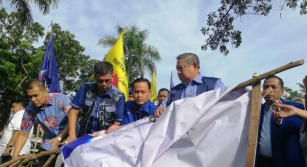 Baliho SBY yang dirusak orang tak dinal.