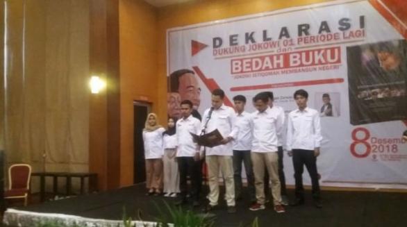 Ketua Forum Komunikasi Mahasiswa Bandung Gantira Alvindy, saat bacakan dukungan ke Jokowi-Ma'ruf Amin.