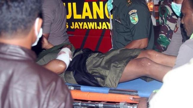 Aparat gabungan membawa anggota Brimob yang terluka karena tertembak Kelompok Kriminal Bersenjata (KKB) di Wamena, Rabu (5/12/2018). ANTARA FOTO