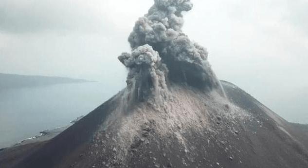 Gunung anak Krakatau.
