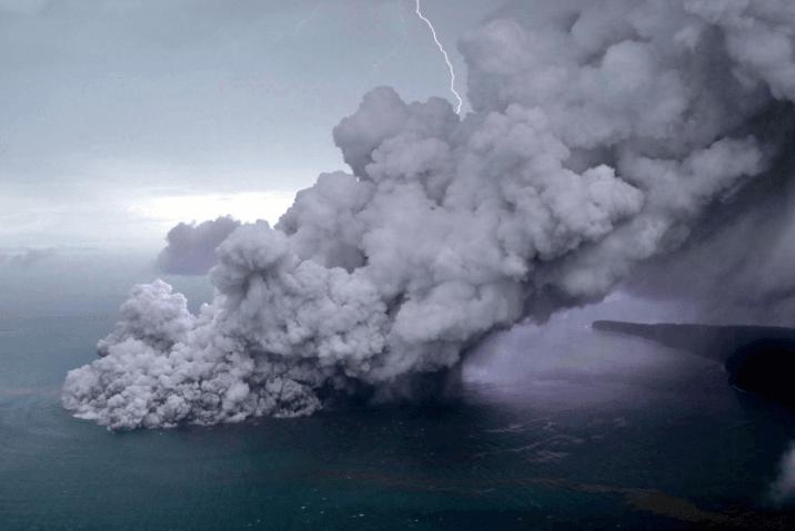Gunung anaka krakatau.