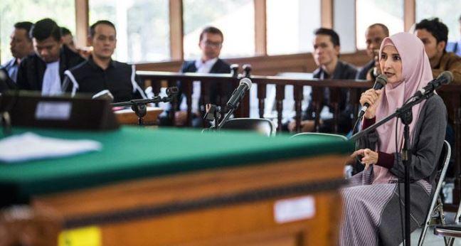 Inneke Koesherawati saat berikan kesaksian di sidang  kasus suap suaminya.