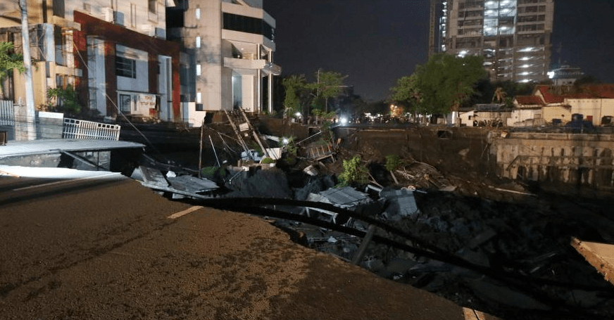 Kondisi jalan amblas di Kawasan Gubeng Surabaya, Jawa Timur, Selasa (18/12).