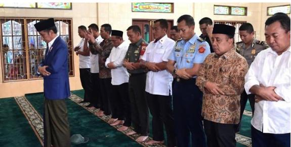 Jokowi jadi imam salat di binjai utara.