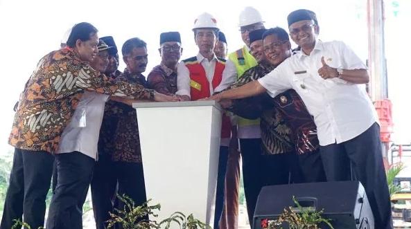 Presiden Jokowi saat resmikan jalan tol di Aceh.