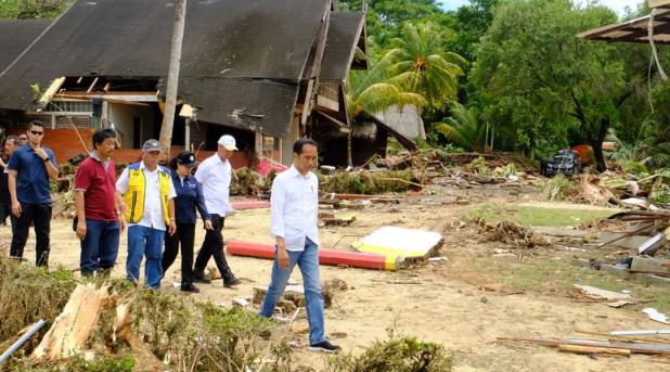 Presiden Jokowi saat tinjau hotel Mutira Carita yang di terjang tsunami.