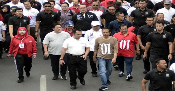 Presiden Jokowi saat acara jalan sehat di Lampung.