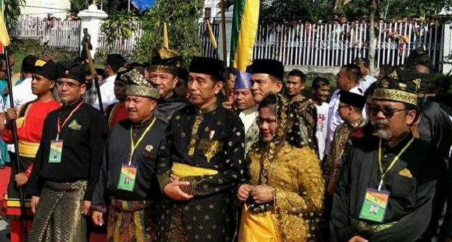Presiden Jokowi saat dianugerahi gelar Datuk Seri Setia Amanah Negara di Pekanbaru, Riau(Foto: Istimewa)
