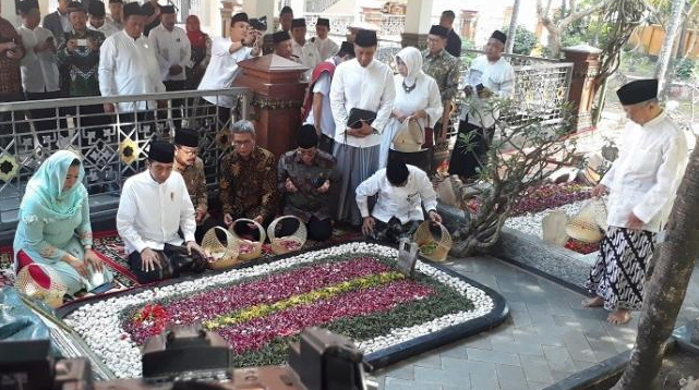 Presiden Jokowi berziarah ke makam Gus Dur dan pendiri NU KH Hasyim Asy'ari.