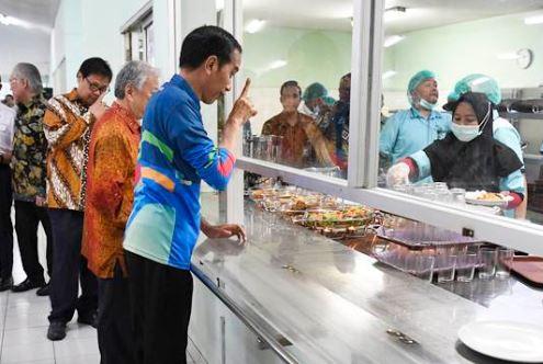 Presiden Jokowi saat makan siang di kantin Yamaha.