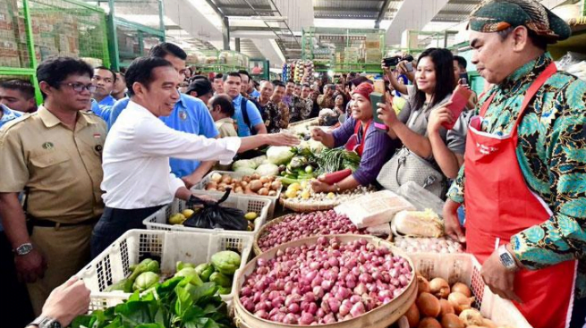 Presiden Jokowi saat belanja sayur di pasar trdisional.