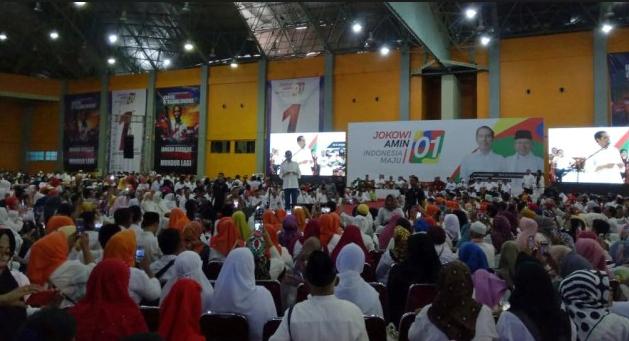 Jokowi silaturahmi dengan relawan di Celebes Convention Center, Kota Makassar.