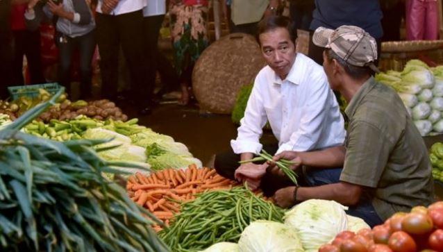 Jokowi saat blusukan ke pasar.