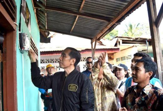Presiden Jokowi saat melaksanakan program listrik bagi warga tidak mampu di Kelurahan Bantarjati, Kecamatan Bogor Utara, Kota Bogor, Minggu (2/12/18).