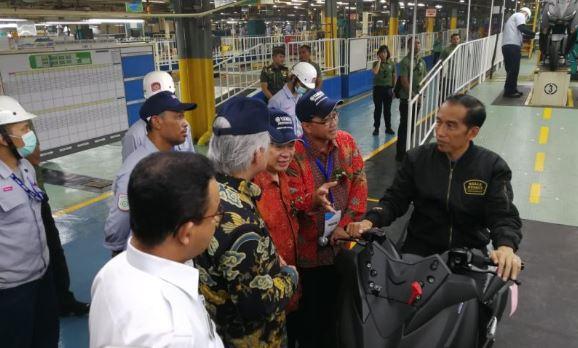 Presiden Jokowi di pabri motor Yamaha.