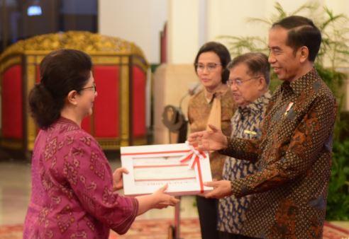 residen Jokowi didampingi Wapres dan Menkeu menyerahkan DIPA 2019 kepada Menteri Kesehatan, di Istana Negara.