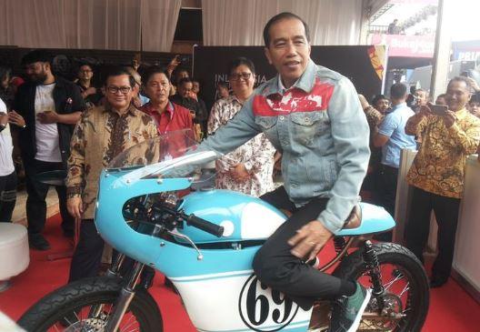 Jaket denim Jokowi.